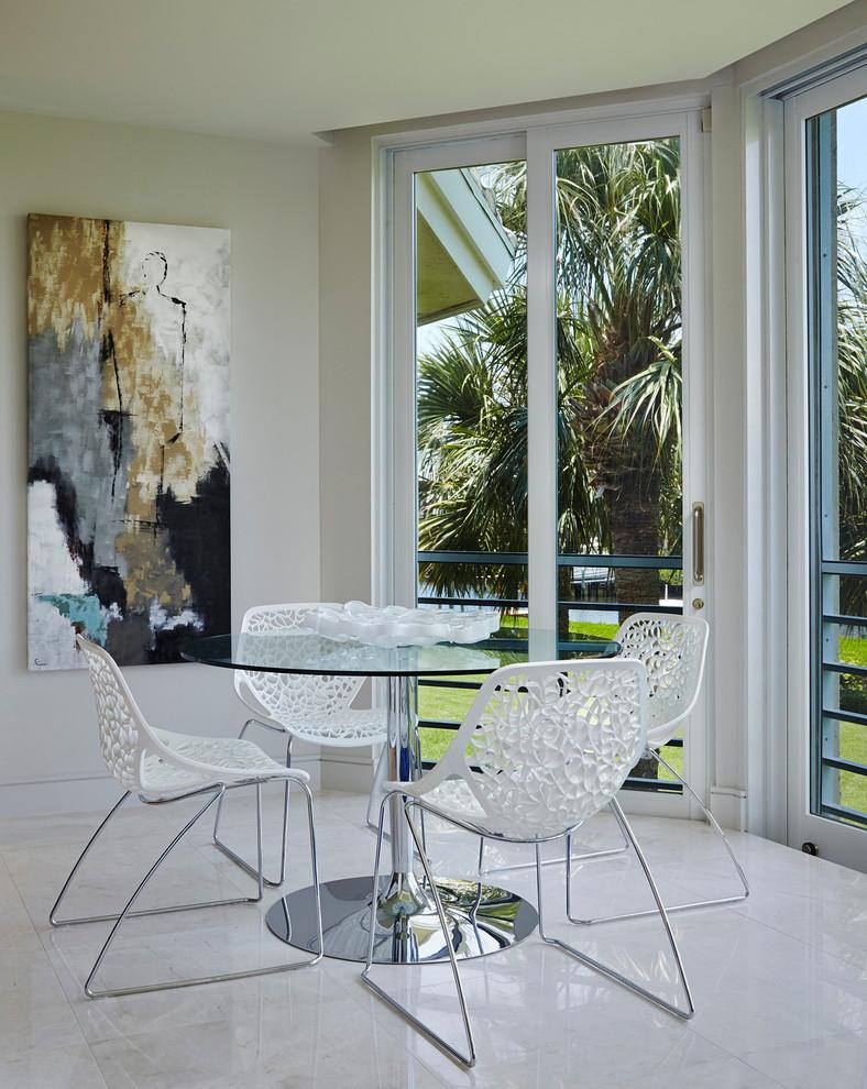 Diseño de comedor moderno con paredes blancas y suelo de baldosas de porcelana