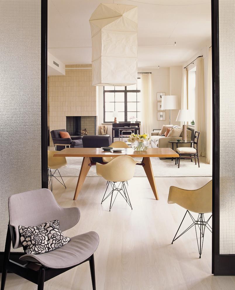 Foto de comedor minimalista con paredes blancas y suelo de madera clara