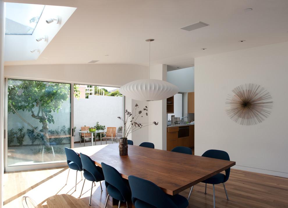 Diseño de comedor minimalista con paredes blancas