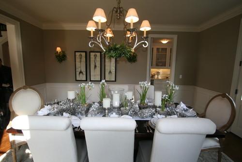 mesa con decoracion plateada para navidad