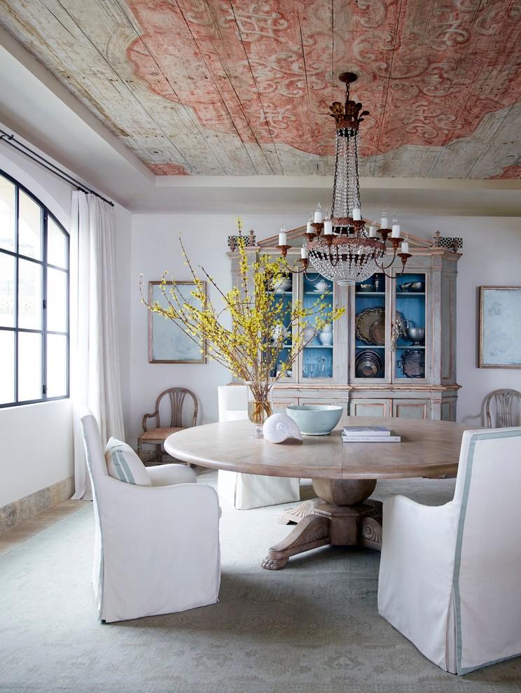 Idée de décoration pour une salle à manger style shabby chic avec un mur blanc et aucune cheminée.