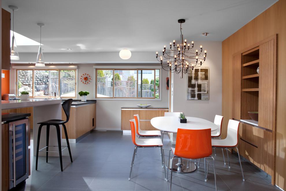 Inspiration pour une salle à manger ouverte sur la cuisine vintage de taille moyenne avec un sol en carrelage de céramique, un mur blanc, aucune cheminée et un sol gris.