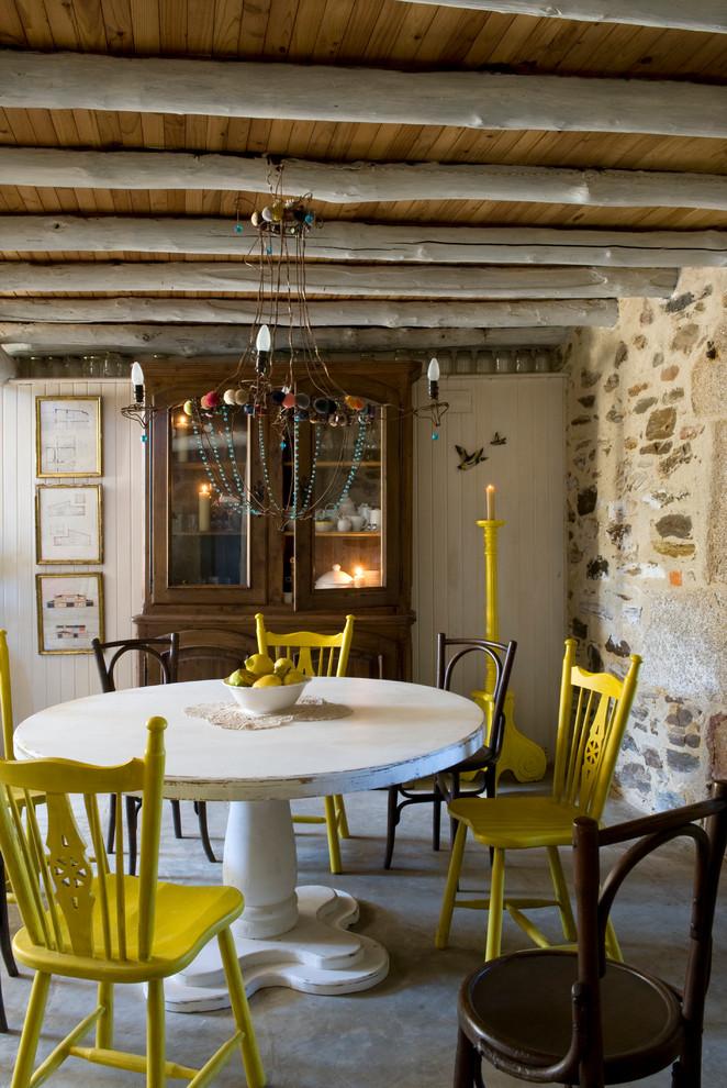 Foto de comedor campestre, de tamaño medio, cerrado, sin chimenea, con paredes beige y suelo de cemento