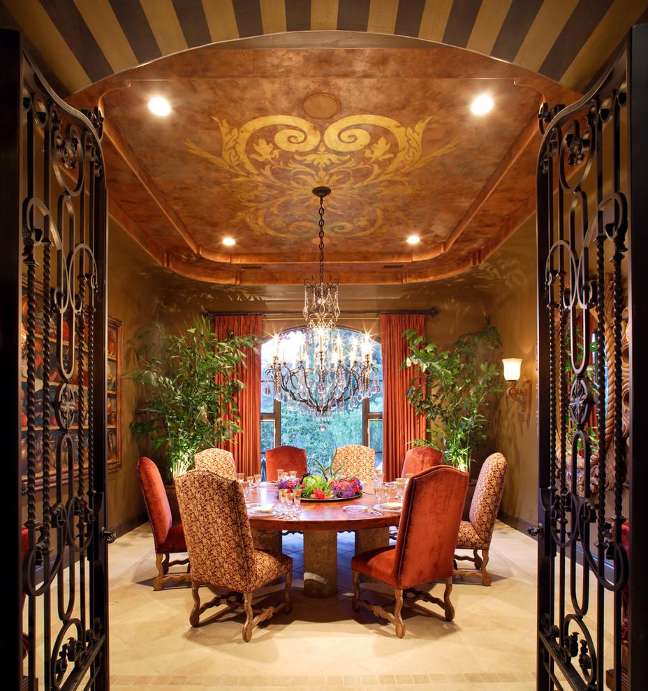 Ispirazione per una sala da pranzo tradizionale chiusa con pareti marroni