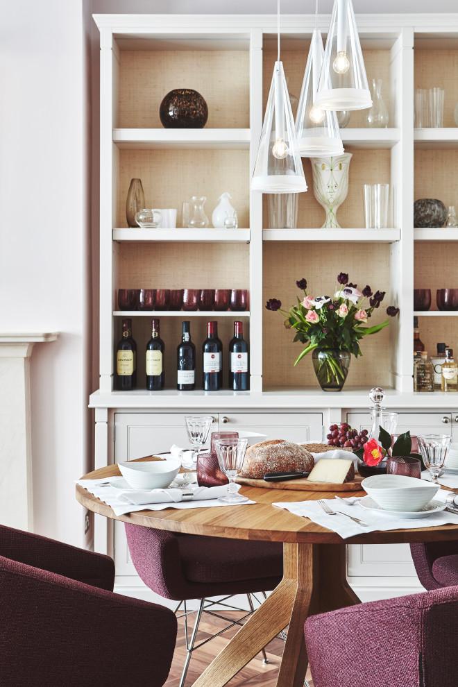 Modelo de comedor tradicional renovado, de tamaño medio, abierto, con paredes rosas, suelo de madera en tonos medios y suelo marrón