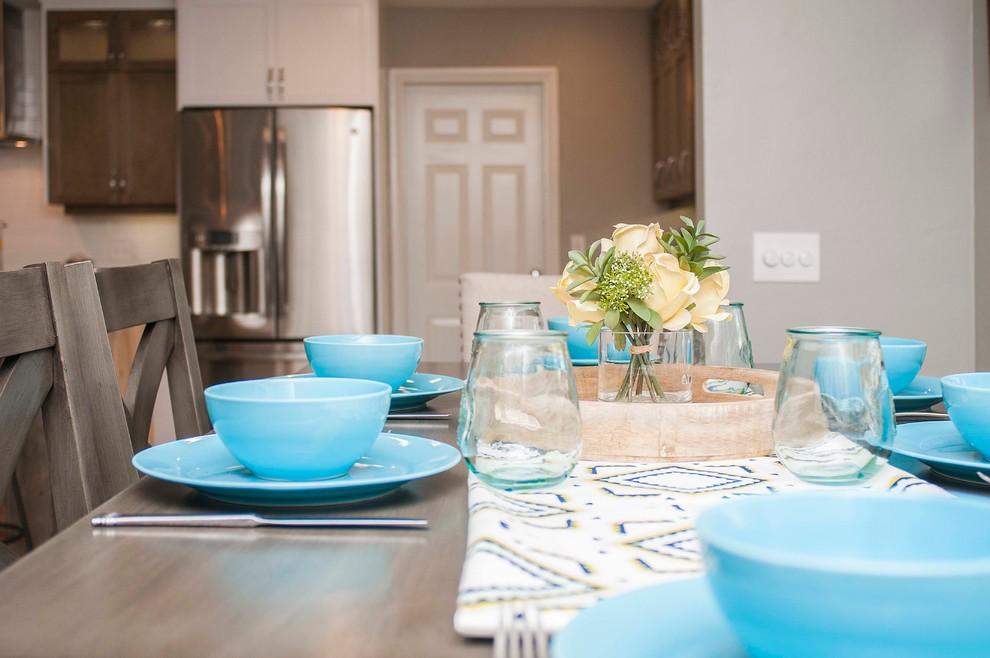 Foto di una grande sala da pranzo aperta verso il soggiorno tradizionale con pareti grigie e pavimento con piastrelle in ceramica