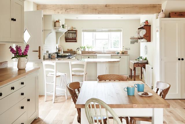 Foto på ett lantligt kök med matplats, med vita väggar, ljust trägolv och beiget golv