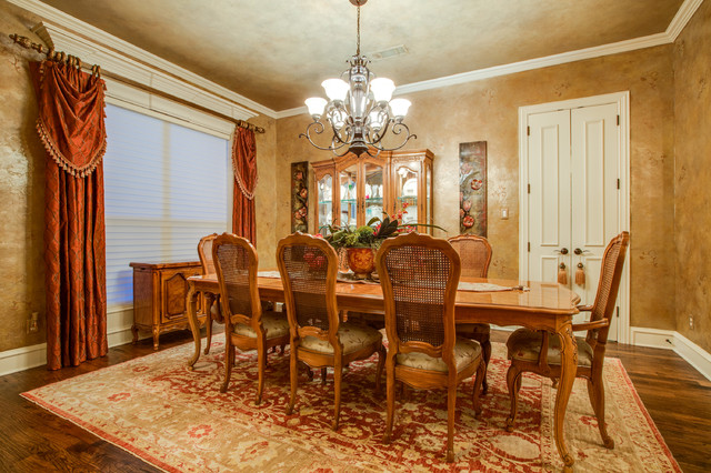 Comfortable living traditional dining room dallas for Comfortable dining room ideas
