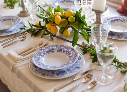 2枚のお皿を重ねたコーディネイトがとても爽やかでレモンのイエローがテーブルを明るくしてくれるアクセントになっています。