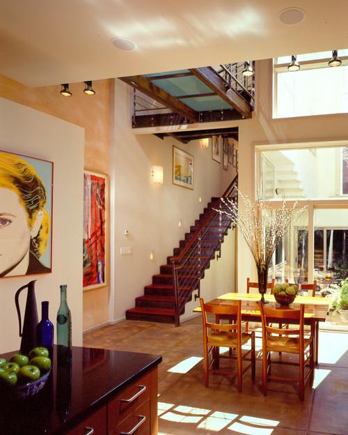 таунхаус лестница двухсветное пространство яркие цвета авангард