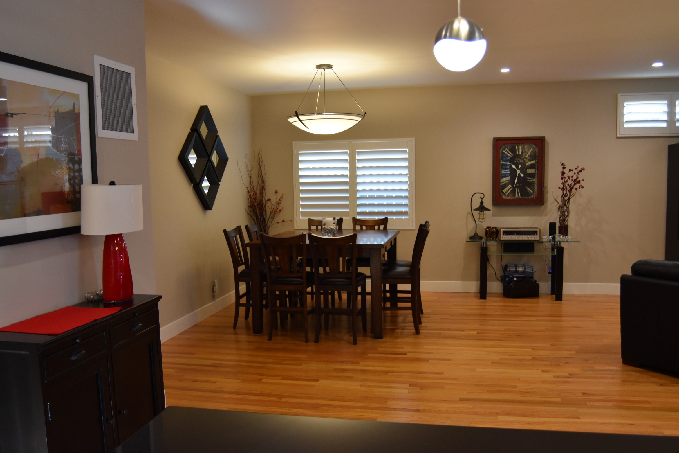 Dining area with 9' ceilings.