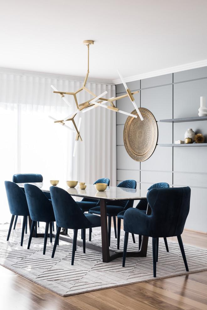 Esempio di una grande sala da pranzo aperta verso il soggiorno contemporanea con pareti grigie, nessun camino, pavimento marrone e pavimento in legno massello medio