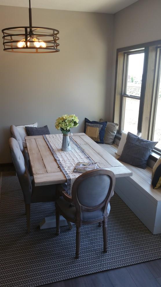 Idee per una sala da pranzo aperta verso la cucina tradizionale di medie dimensioni con pareti grigie, pavimento in laminato e pavimento grigio