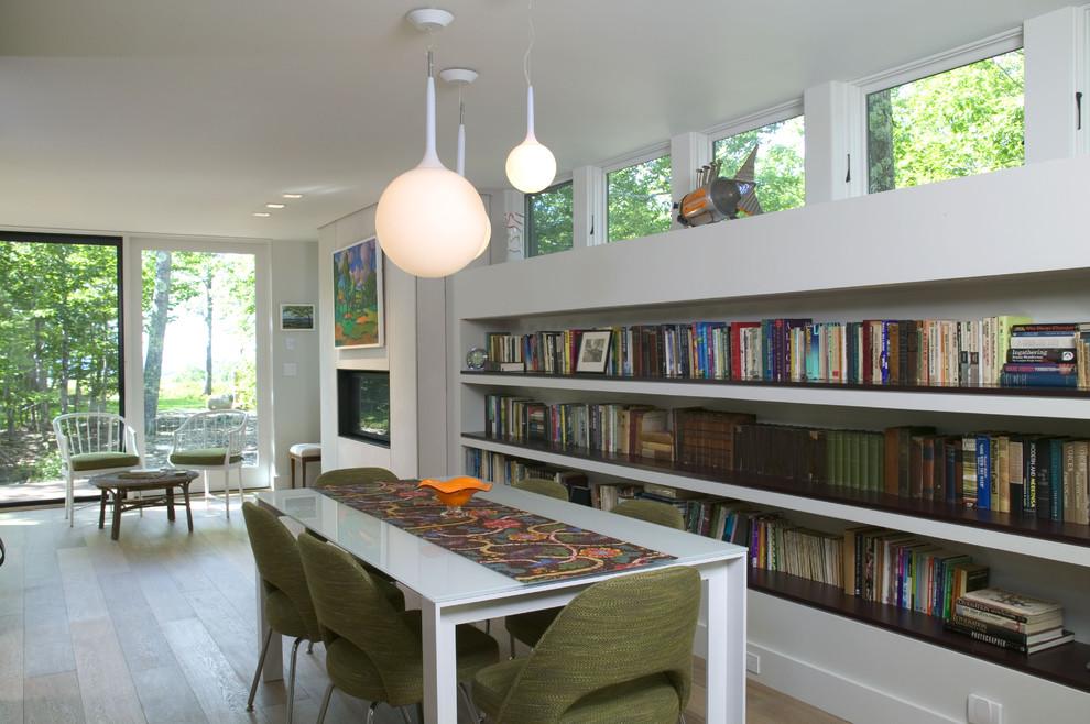 Foto de comedor minimalista con paredes blancas