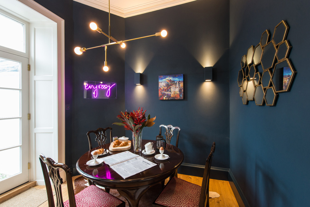 他の地域のトランジショナルスタイルのおしゃれなダイニング (青い壁、無垢フローリング、暖炉なし) の写真