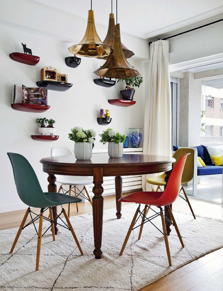 Inspiration for a mid-sized eclectic light wood floor kitchen/dining room combo remodel in Madrid with white walls and no fireplace