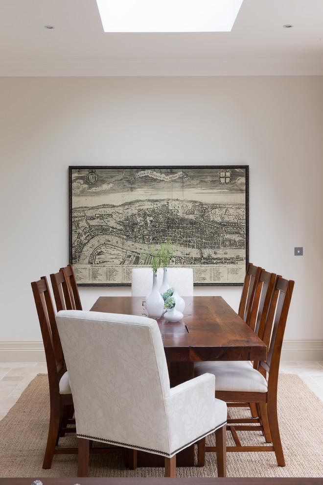 Ispirazione per una sala da pranzo aperta verso il soggiorno di medie dimensioni con pareti beige e pavimento con piastrelle in ceramica