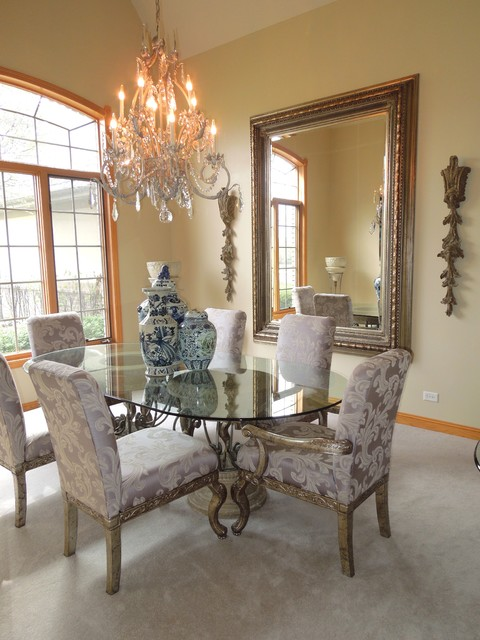 Dining room - traditional dining room idea in Chicago
