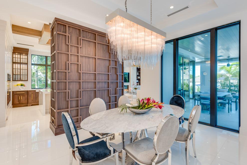 Imagen de comedor clásico renovado con paredes blancas y suelo blanco