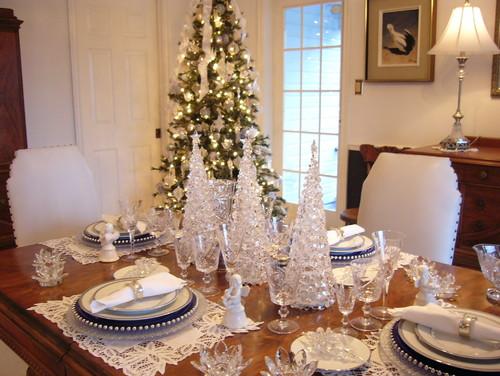 mesa decorada con cristaleria navideña
