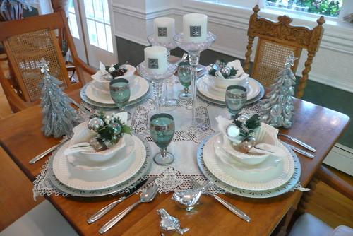 mesa decorada con arbolitos navideños
