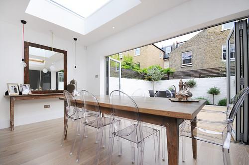 table à manger en bois et chaises transparentes