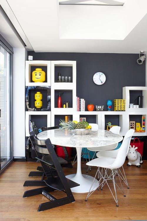 table entourée de chaises modernes et de chaises modulables pour enfants