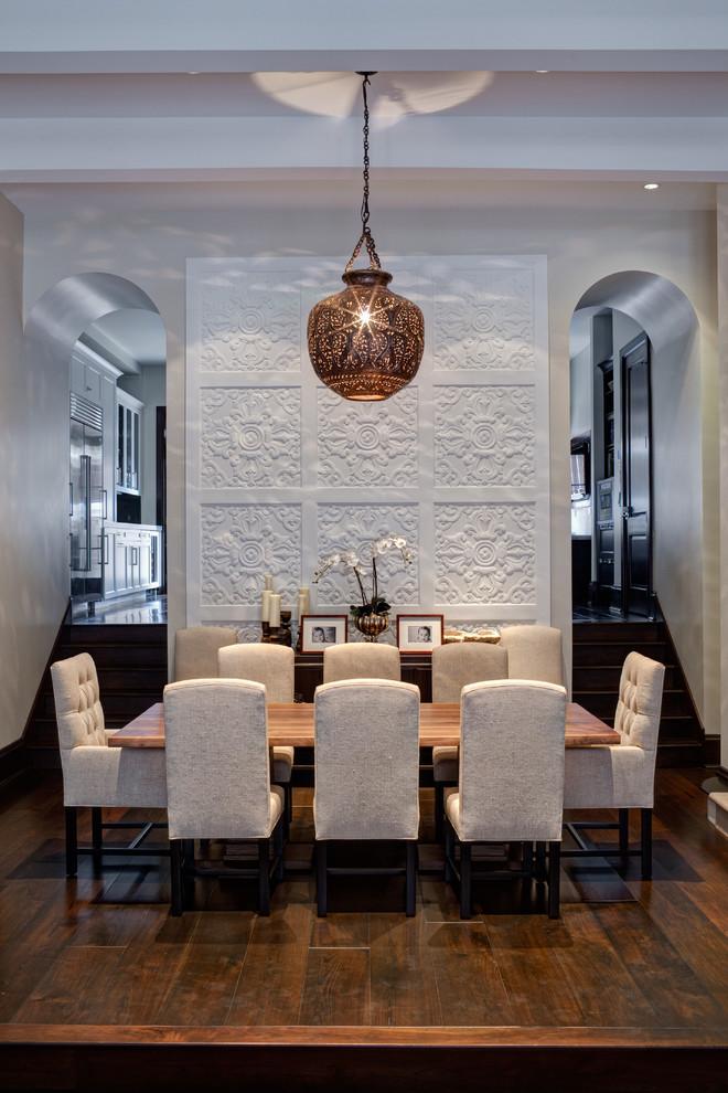 Esempio di un'ampia sala da pranzo aperta verso il soggiorno contemporanea con pareti beige, parquet scuro, nessun camino e pavimento marrone