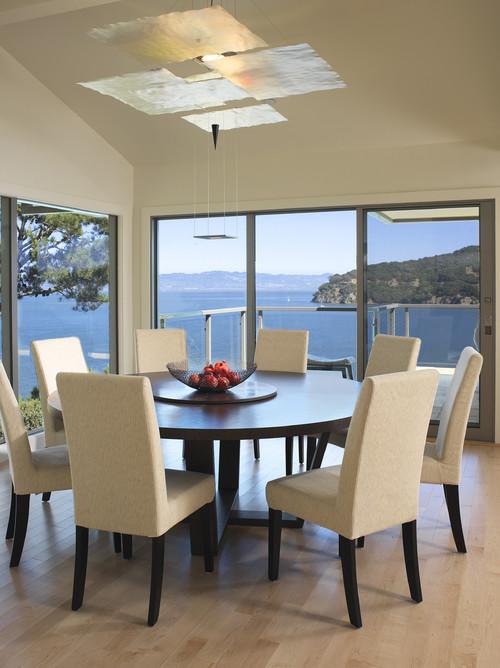 table ronde avec chaises rembourrées à dossier haut très confortable