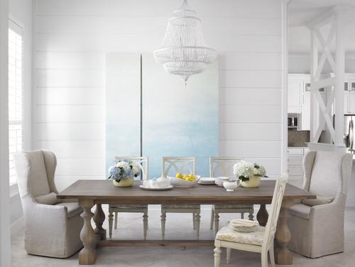 いつもの食卓でも花を飾るとぐっと華やかな雰囲気になりますね。ダイニングがホワイトを基調にしているため、淡いブルーの花も目立ちます。