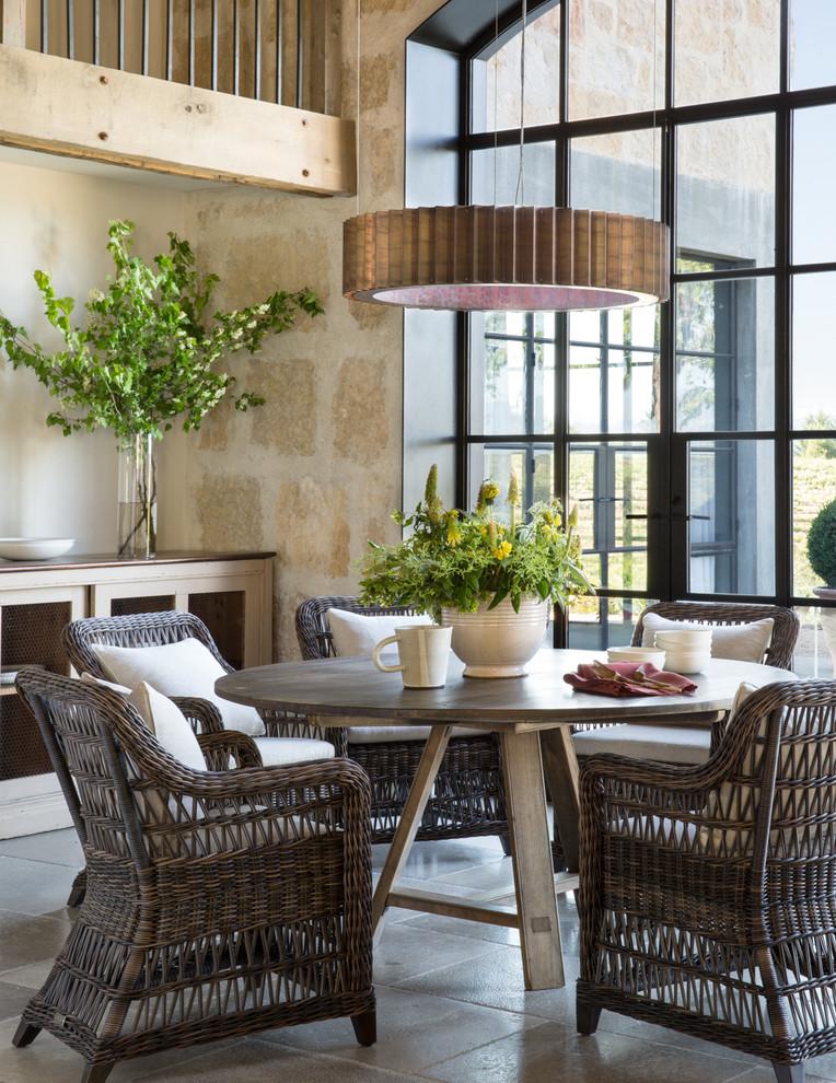 Idee per una sala da pranzo country con pareti beige