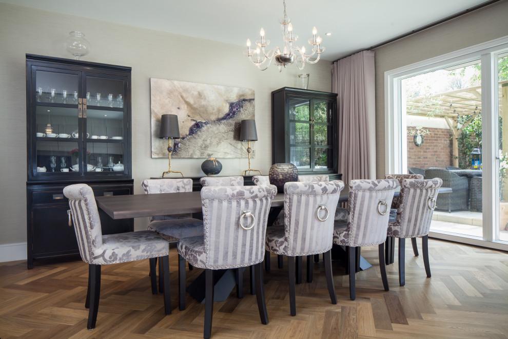 Esempio di una sala da pranzo classica con pareti beige, pavimento in legno massello medio, nessun camino e pavimento marrone