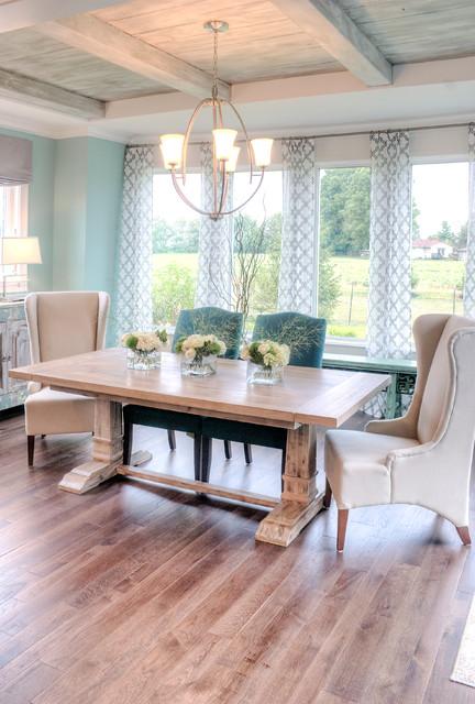 Diseño de comedor clásico renovado con paredes azules y suelo de madera oscura