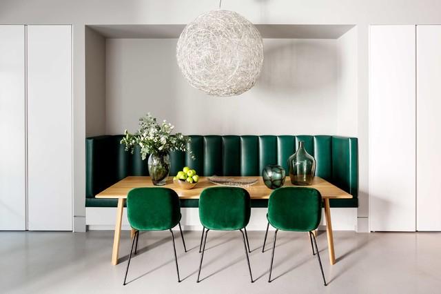 Cette image montre une salle à manger minimaliste de taille moyenne avec un mur gris et un sol gris.