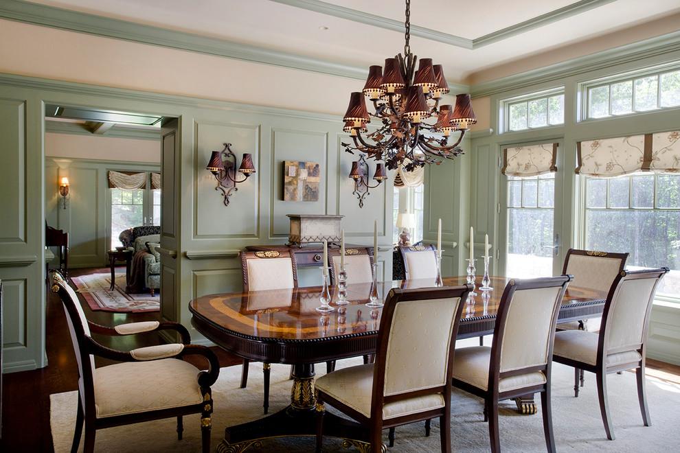 Modelo de comedor clásico, cerrado, con paredes verdes y suelo de madera en tonos medios