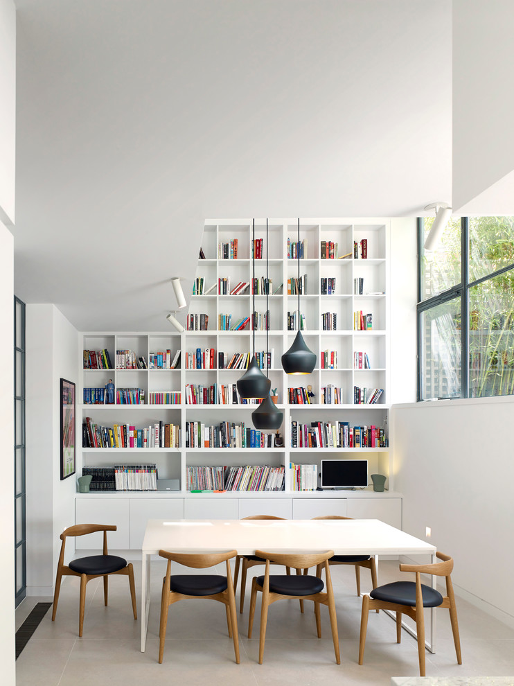 Cette photo montre une salle à manger scandinave avec un mur blanc.