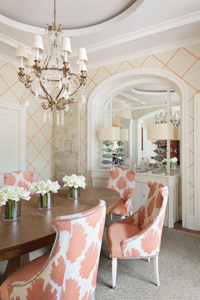 Idee per una sala da pranzo tradizionale chiusa con pareti multicolore e pavimento in legno massello medio