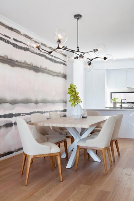 Bild på ett mellanstort funkis kök med matplats, med ljust trägolv