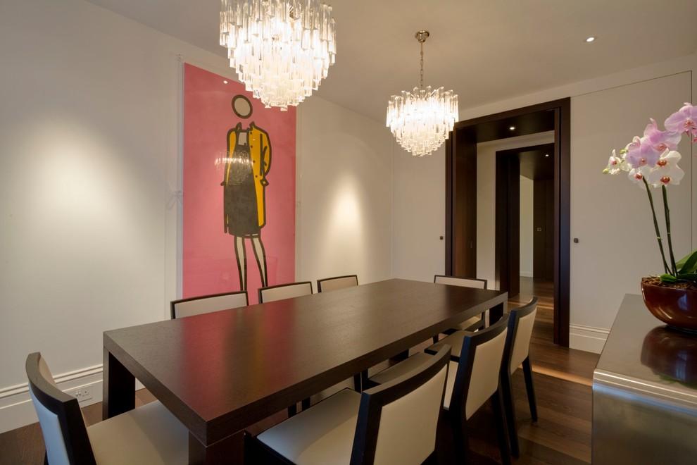 Idee per una sala da pranzo design chiusa e di medie dimensioni con pareti bianche, parquet scuro, nessun camino e pavimento marrone