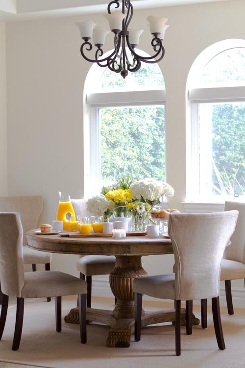 春はお祝いなどで花をもらうことも多い時期ですが、そんな花を食卓に飾るだけでこんなに華やかに。飾った花と同じ色のオレンジジュースがかわいらしいですね。