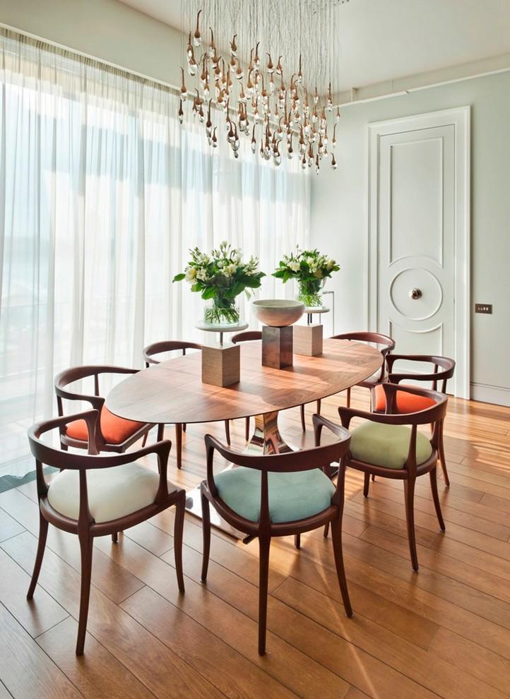 Неиссякаемый источник вдохновения для домашнего уюта: столовая в современном стиле с паркетным полом среднего тона
