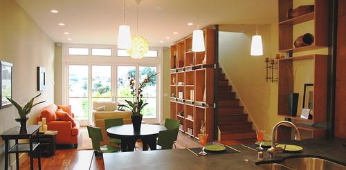 βιβλιοθήκη και σκάλα σε καθιστικό