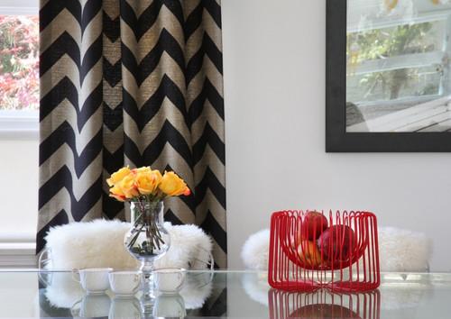 Cortinas estampadas na sala também dão uma decoração otima