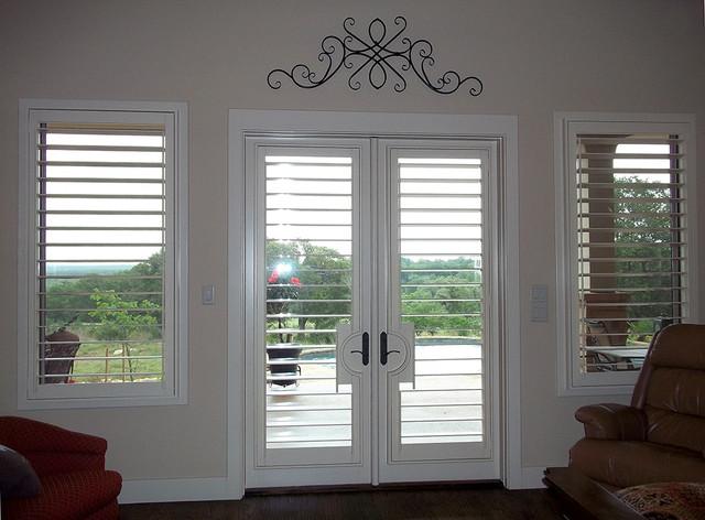 Mary hudson reardon shutters contemporaneo sala da for Window fashions of texas