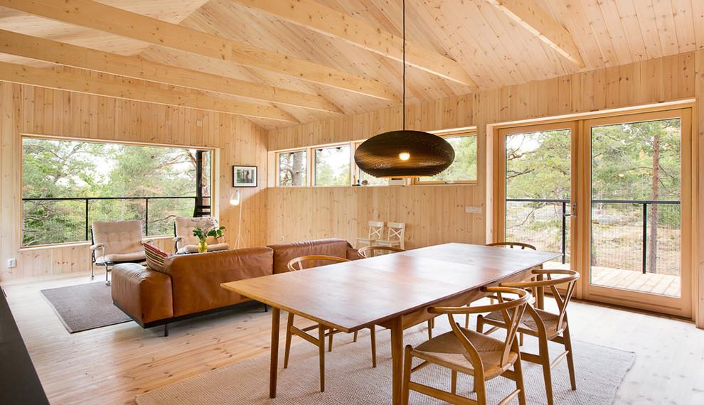 Idéer för att renovera en stor nordisk matplats, med beige väggar och ljust trägolv