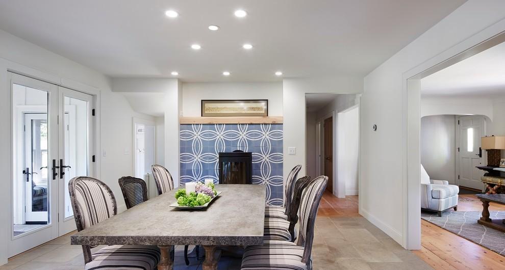 Свежая идея для дизайна: кухня-столовая среднего размера в скандинавском стиле с белыми стенами, полом из известняка, печью-буржуйкой и фасадом камина из плитки - отличное фото интерьера