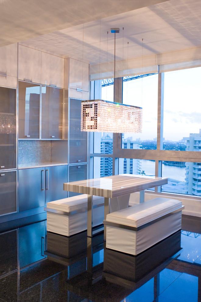 Exempel på ett modernt kök med matplats, med svart golv