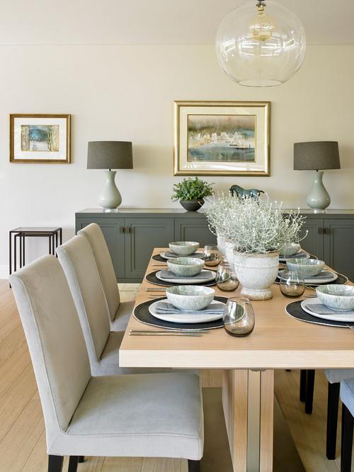 食卓の全体の色を合わせてとってもおしゃれなテーブルに。シンプルな中にもセンスの良さが光ります。