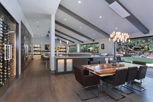Bild på ett funkis kök med matplats, med vita väggar och mörkt trägolv