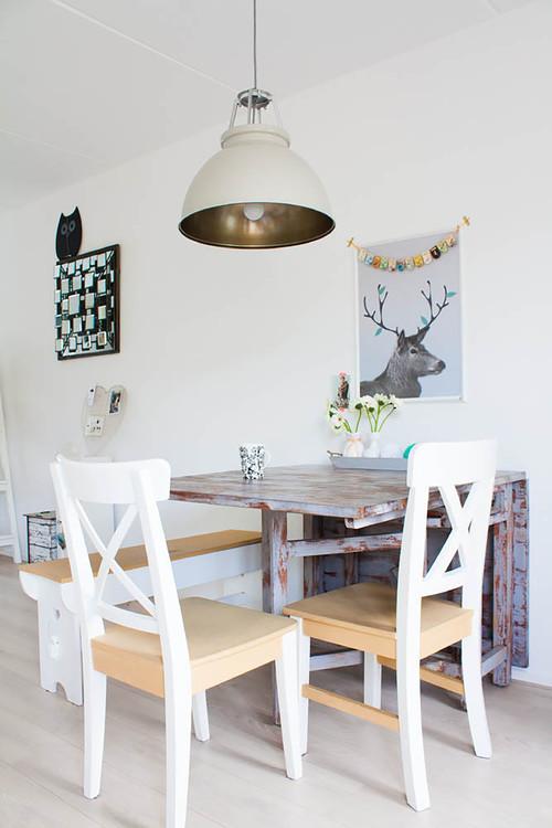 小さなテーブルを壁際において花を飾っています。壁にはユニークなポスターと小さなガーランドで装飾をして、かわいらしい雰囲気ですね。